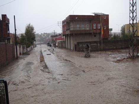 Çınar'ın sokakları çamur deryası gibi