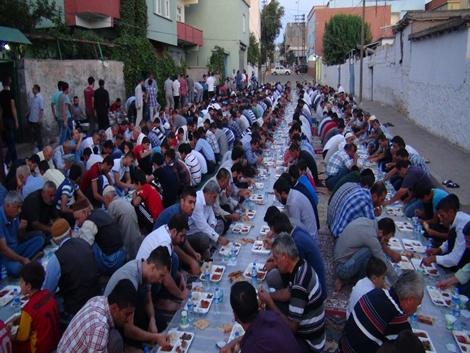 Şefkat der 700 kişilik iftar yemeği verdi