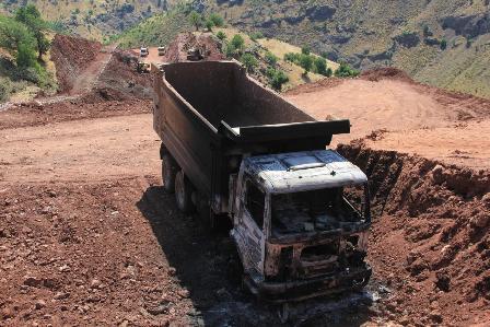 Adıyaman'da baraj inşaatındaki 5 iş makinesi PKK'lılar tarafından yakıld