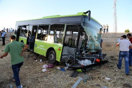 Halk otobüsü ile otomobil çarpıştı: 1 ölü, 60 yaralı
