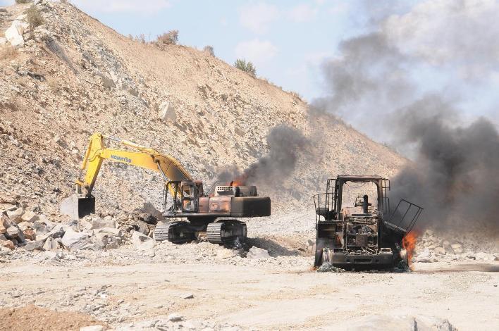 Şırnak'ta PKK'lılar 30 iş makinesini yaktı