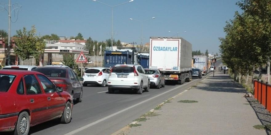 Çınarlı kadınlar sık sık kazaların yaşandığı yolu trafiğe kapattı