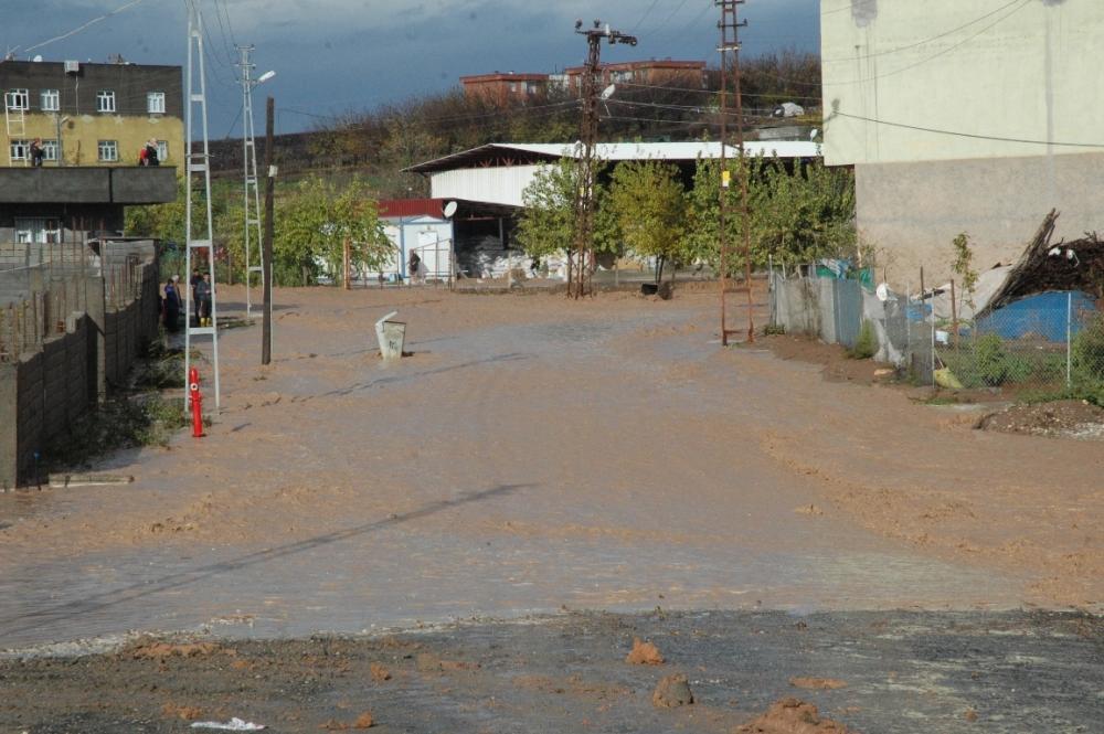 Çınar'da sulama kanalından taşan su mahalleyi bastı 1