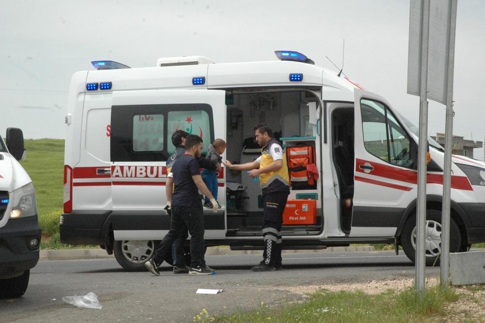 Çınar'da minibüs ile otomobil çarpıştı: Biri bebek 5 yaralı 1