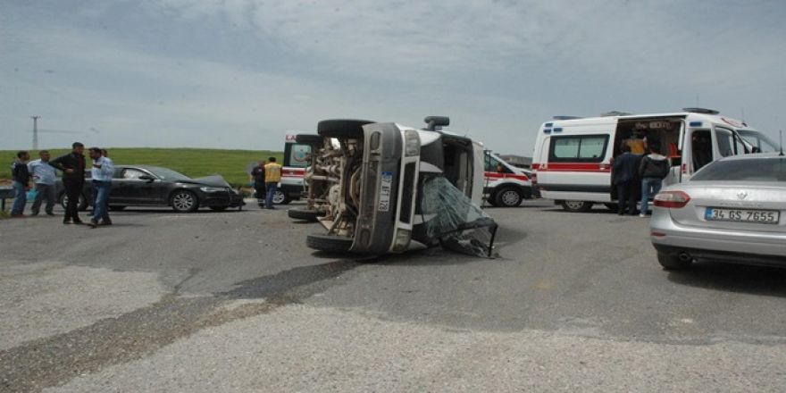 Çınar'da minibüs ile otomobil çarpıştı: Biri bebek 5 yaralı