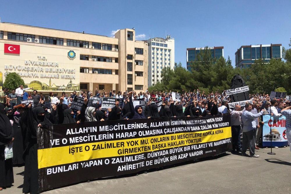 İslam karşıtı uygulamalara Diyarbakır Büyükşehir Belediyesi önünde kitle 1
