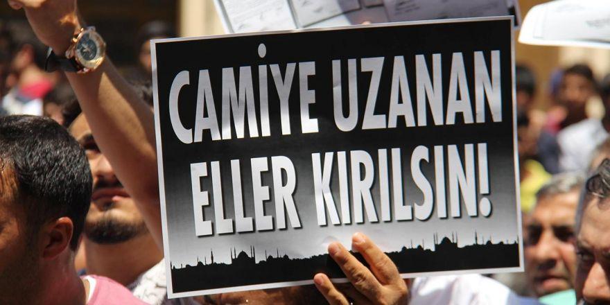 İslam karşıtı uygulamalara Diyarbakır Büyükşehir Belediyesi önünde kitle