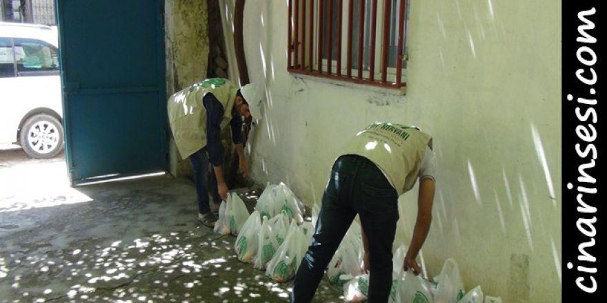 Umut Kervanı Çınar'da kurban eti dağıttı