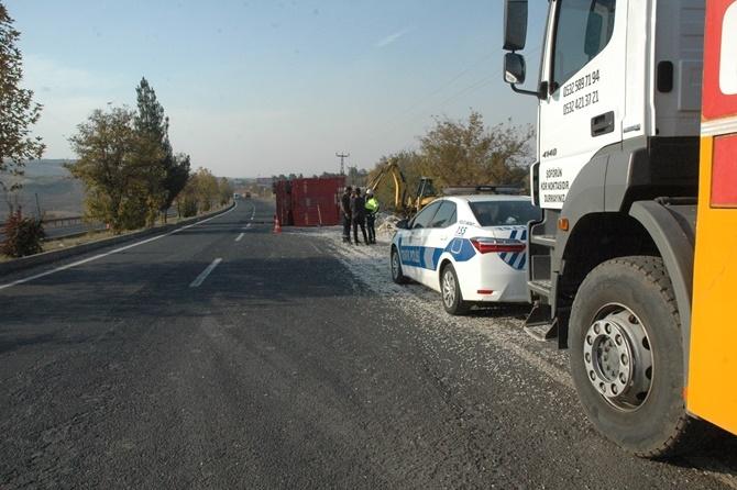 Çınar'da pamuk çekirdeği yüklü kamyon kaza yaptı 1