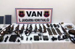 Van Başkale ilçesi Tahıl Mahallesi kırsalında çok sayıda silah ve mühimmat ele geçirildi foto