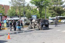 Diyarbakırda zırhlı polis aracı takla attı: 4 yaralı video foto