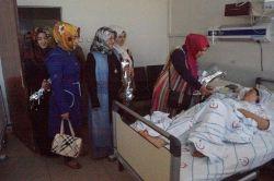 Batmanda hastanede yatan annelere gül dağıtıldı foto