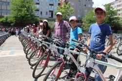 Liseli öğrencilere bisiklet dağıtıldı