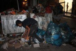 Okul harçlığını çöplerden çıkartıyor