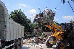Evden 5 kamyon çöp çıktı