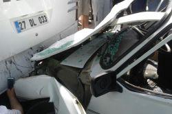 Şanlıurfada  İpekyol'unda hızını alamayan otomobil otobüse çarptı: 5 yaralı