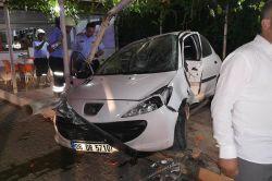 Kontrolden çıkan otomobil 2 kişiye çarptı