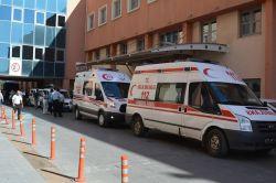 Motosiklet sürücüleri otomobile çarptı: 4 yaralı