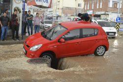 Hilvan'da altyapı çöktü: İki araç göçüğe düştü foto