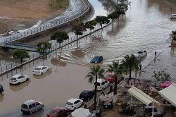 Şiddetli yağış sonrası ev ve iş yerlerini su bastı