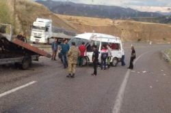 Diyaliz hastalarını taşıyan minibüs kaza yaptı: 15 yaralı