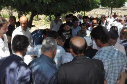 Karayolları görevlileri ile köylüler arasında gergin pazarlık