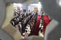Müslümanlar ilk teravihte camilere akın etti