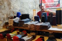 Gaziantep'te  asırlık makineyle turistlere çorap örüyor