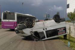 Van Edremit'te karşı şeride geçen araç takla attı: 2 yaralı foto