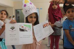 Suriyeli ve Iraklı öğrencilerin karne sevinci