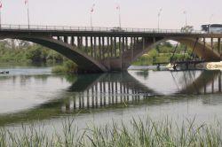 Genç kız Birecik köprüsünden atladı