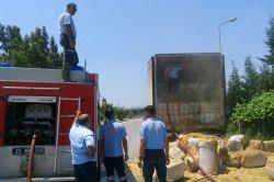 Mersin'de TIR dorsesindeki saman balyaları alev aldı foto