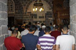 Sahabelerin medfun olduğu camide sabah namazına yoğun katılım