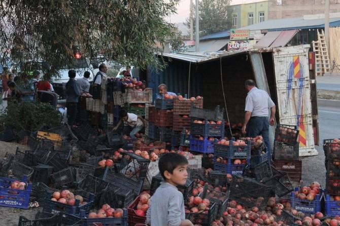 Seyrantepe'de freni boşalan kamyon devrildi