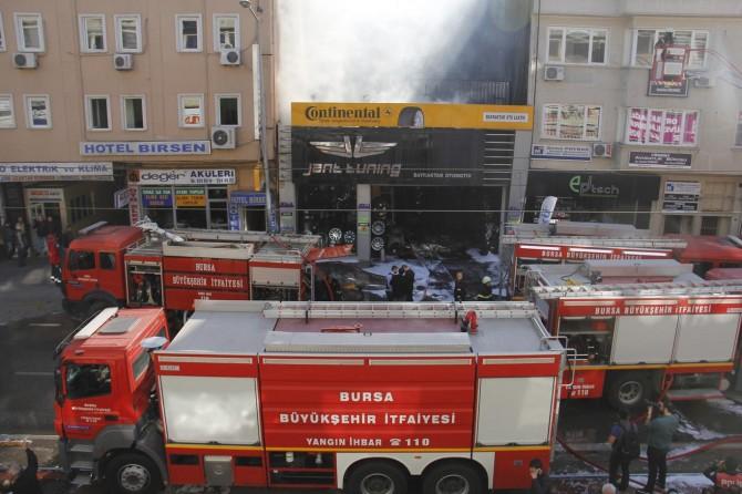 Bursa Osmangazi'de oto lastikçide çıkan yangın korkuttu