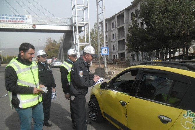 Bingöl'de taksicilere emniyet kemerinin önemini anlatan stickerler dağıtıldı