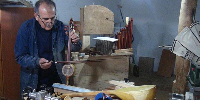 Bingöl Yayladere'de evin bir odasını çevirdiği atölyede müzik aletleri üretiyor
