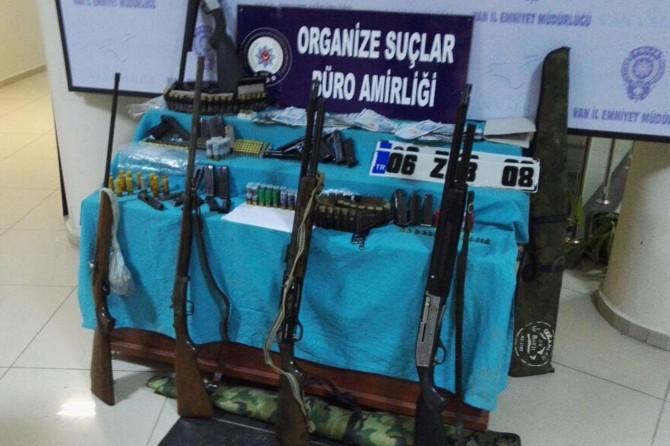Van'da silah kaçakçılarına baskın: 17 gözaltı