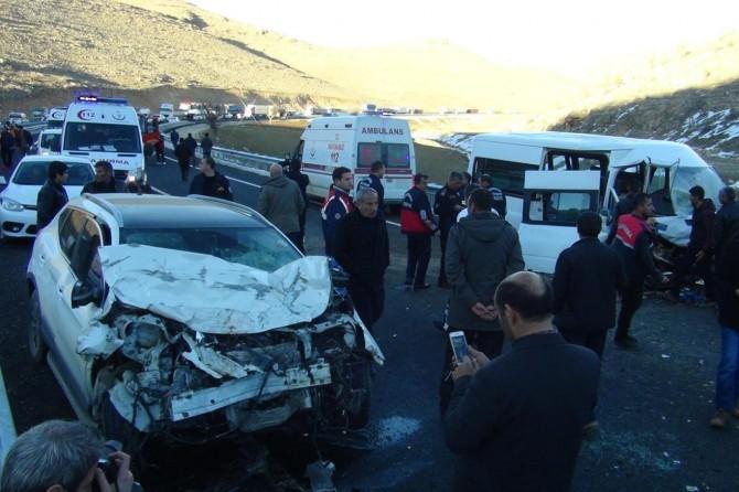 Minibüs ile otomobil kafa kafaya çarpıştı: 4'ü ağır 13 yaralı