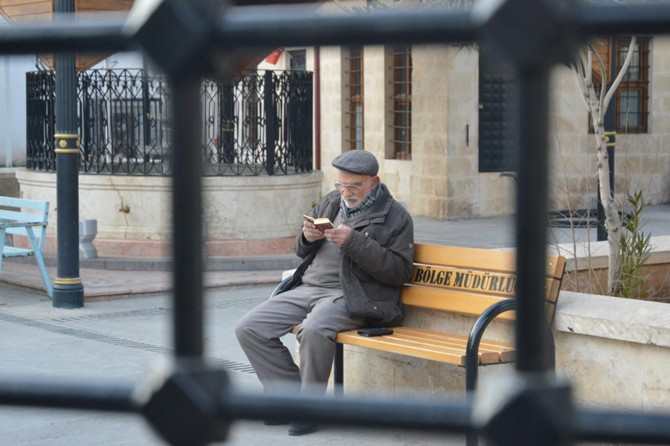 Yaşlı amcanın Kur'an okuma azmi gençlere örnek oluyor