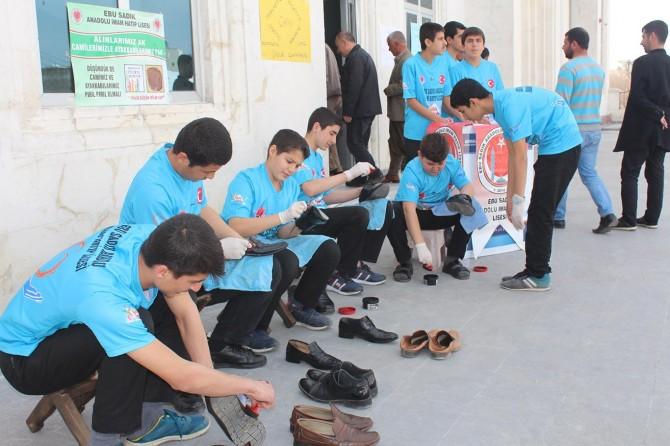 Adıyaman Kahta'da Camide farkındalık oluşturmak için ücretsiz ayakkabı boyadılar