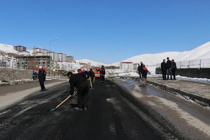 Başbakan gelmeden önce tahrip olan yollar onarılıyor