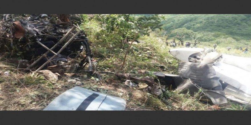 Dağa çarpan uçak düştü: 6 ölü