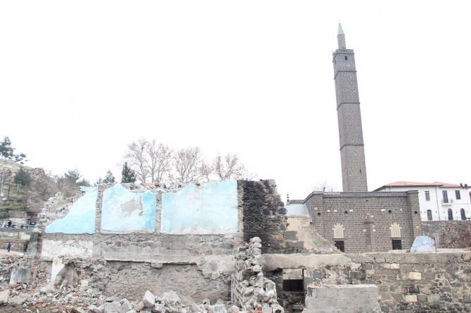 Tarihi cami peyzaj çalışması kapsamında yıktırıldı