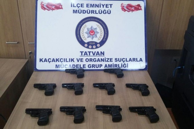 Bitlis'te durdurulan araçta 10 adet silah ele geçirildi