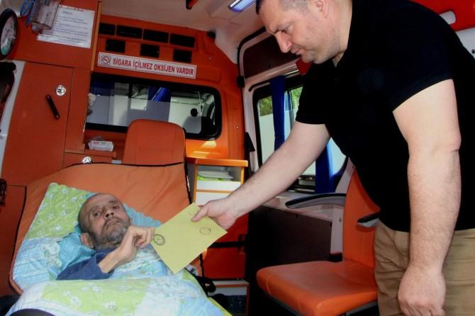 Bursa'da engelli ve yatalak hastalar da oylarını kullandı