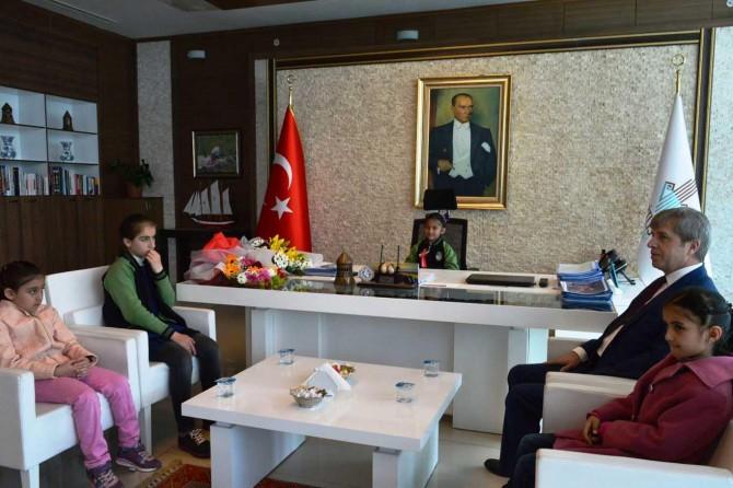Vali koltuğuna oturan çocuklar, Bitlis'in sorunlarının çözülmesini istediler