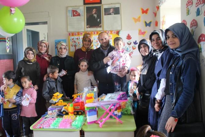 Muş Alparslan Üniversitesi öğrencileri, köy okulu öğrencilerini sevindirdi