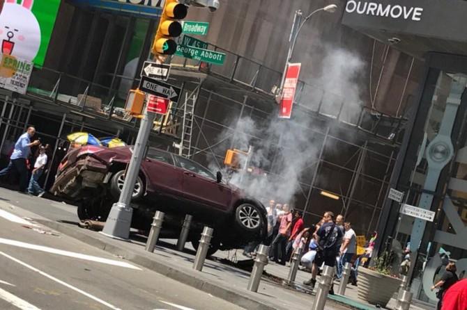 New York'ta bir araç yayalara çarptı: Bir ölü 20 yaralı
