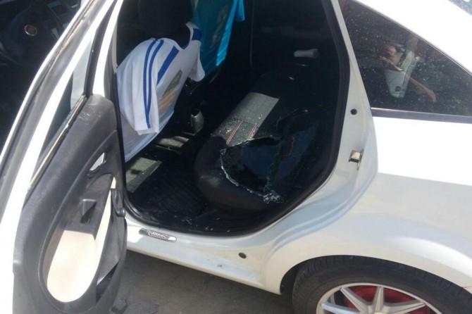 Arabanın camını kırdılar, çalamadan kaçtılar